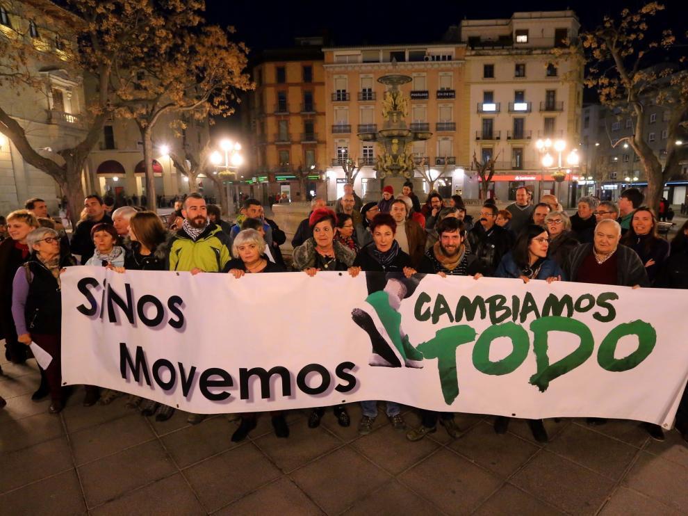 """La plaza Navarra de Huesca acoge una protesta contra el """"odio"""" y por lo público"""