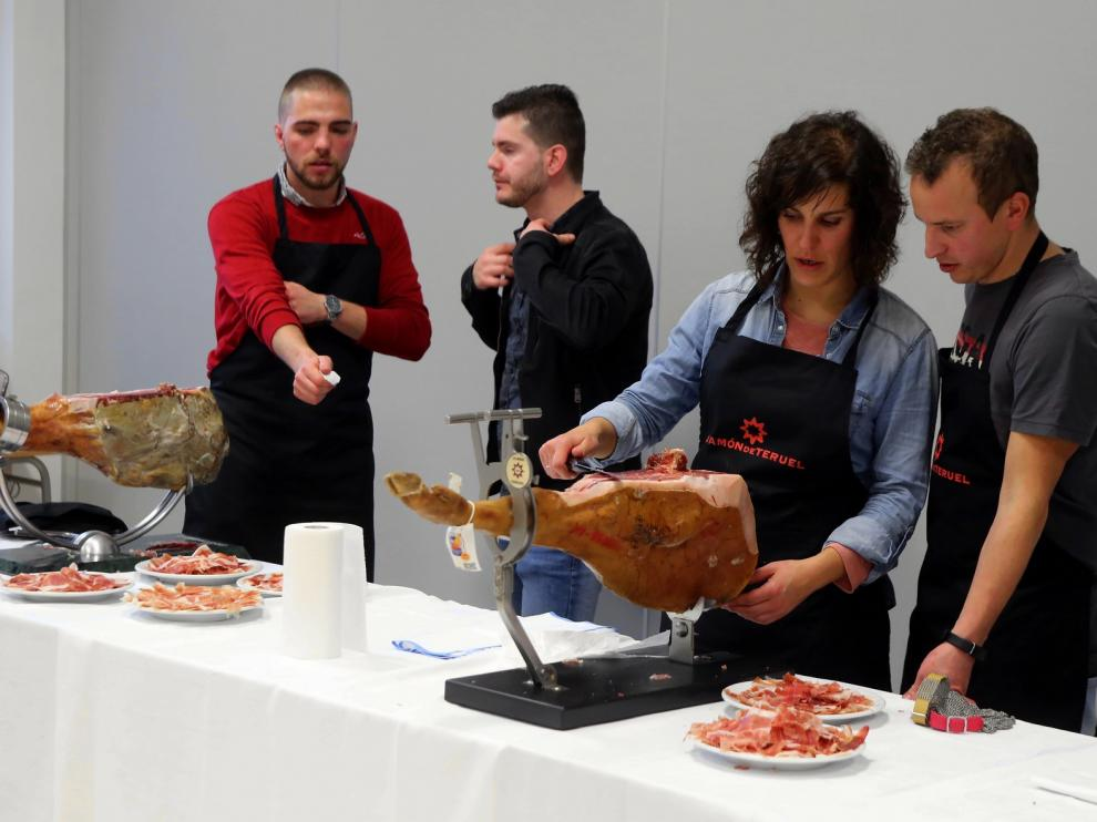 Cortar jamón a cuchillo, el arte de la paciencia