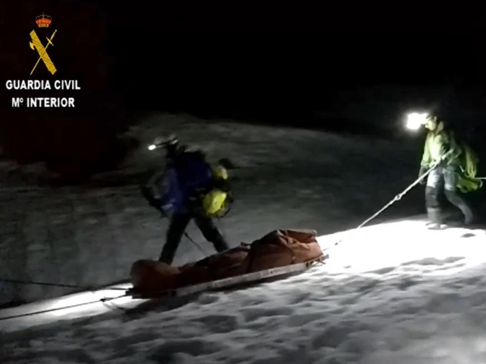 La Guardia Civil se abre paso en la nieve para rescatar de noche a un escalador accidentado en Telera