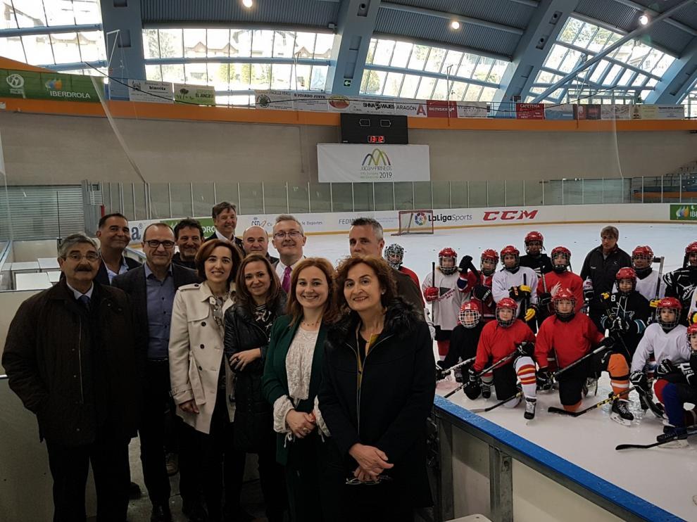 La consejera Mayte Pérez ha visitado a los alumnos de tecnificación deportiva de Jaca