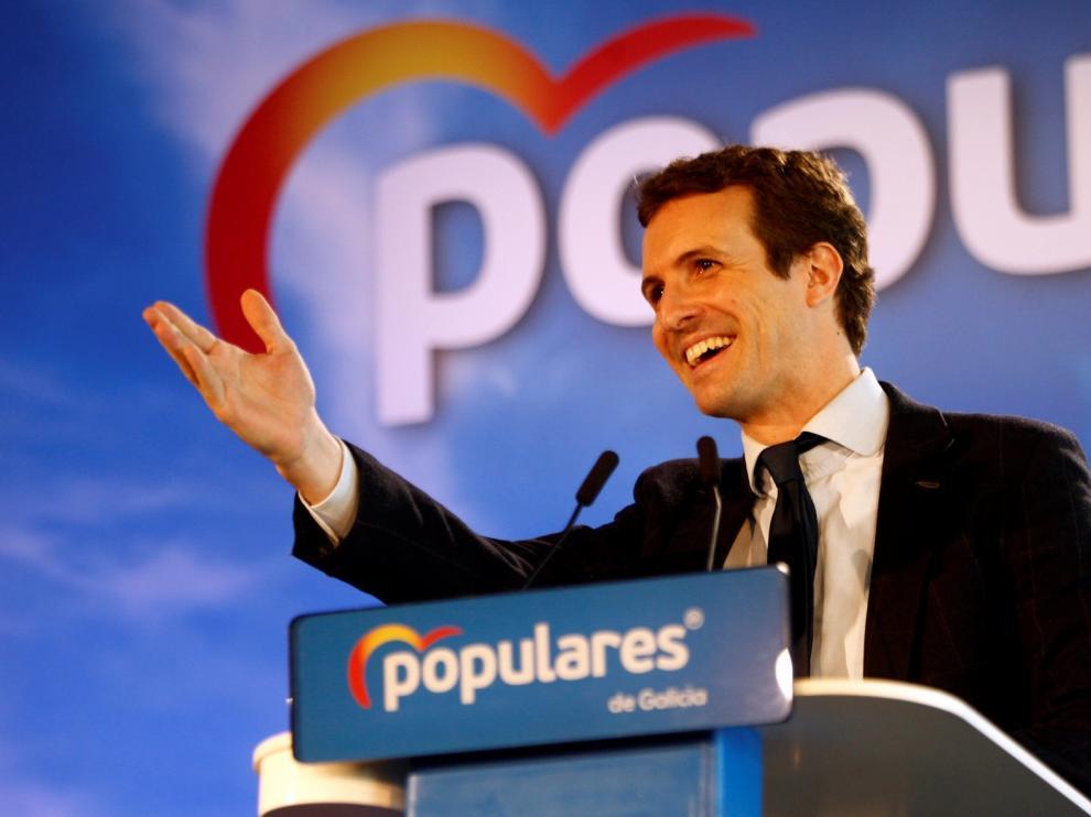 Casado dice que no gobernará a golpe de decreto como Sánchez