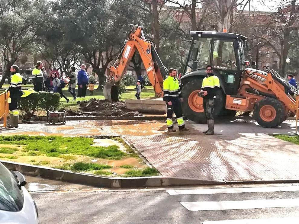 La rotura de una tubería deja sin agua a una parte de la zona de Los Olivos de Huesca