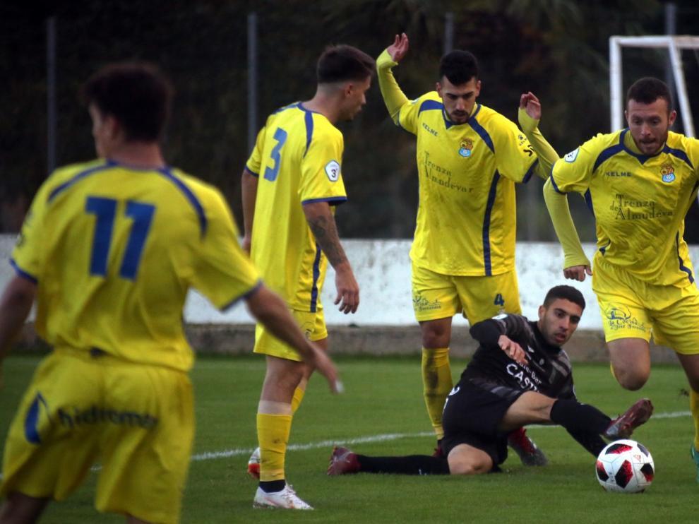 El Almudévar pierde contra el Terazona al encajar un gol en el tiempo añadido