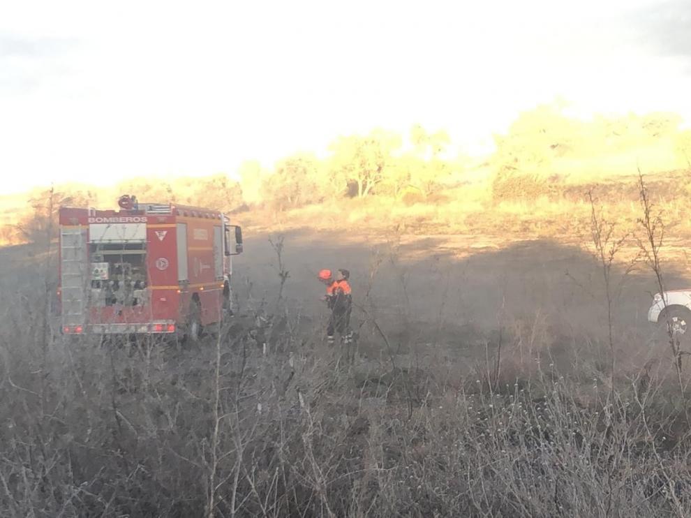 La rápida intervención de los bomberos evita que se propague un fuego en el Camino de Costean de Barbastro