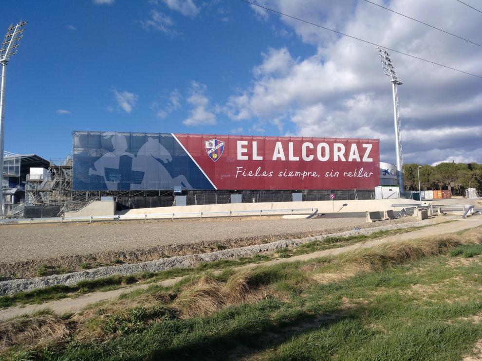 El Alcoraz mejora su aspecto con una nueva lona sobre la tribuna de Gol Sur