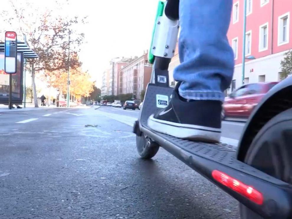 Herida la conductora de un patinete eléctrico al colisionar con un turismo en Zaragoza