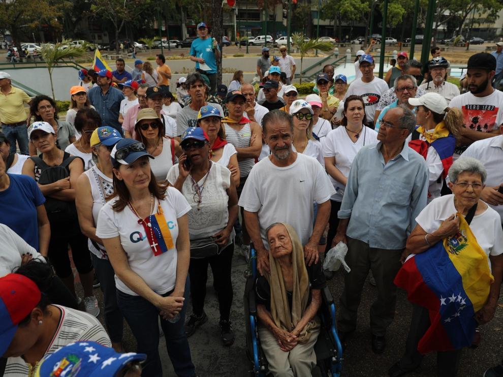 Manifestantes divididos en una Caracas otra vez sin luz