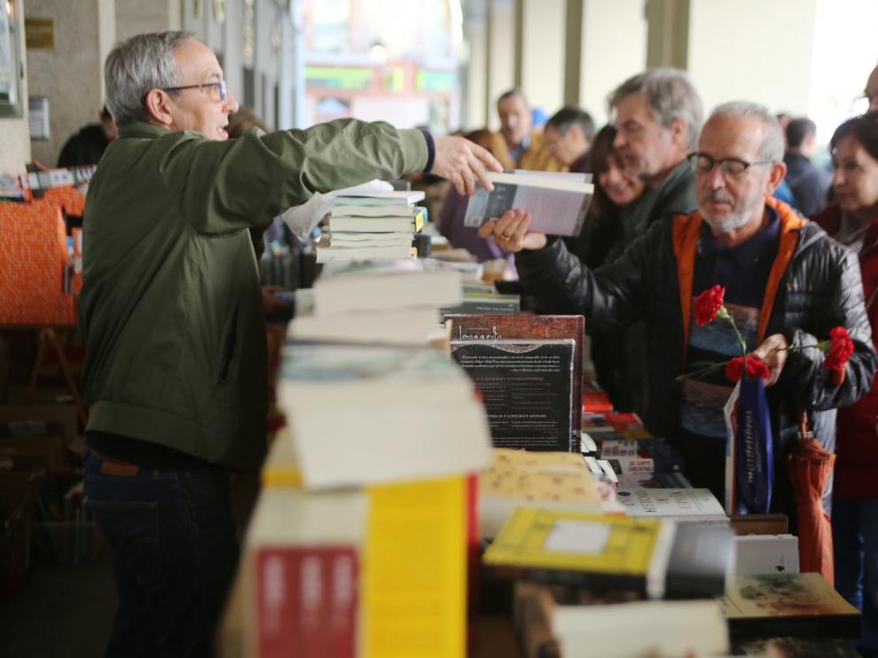 El Día del Libro vive en Huesca una irregular jornada con un buen balance