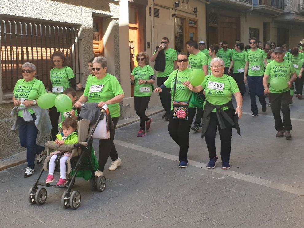 Graus se tiñe de verde en la marcha solidaria de la AECC