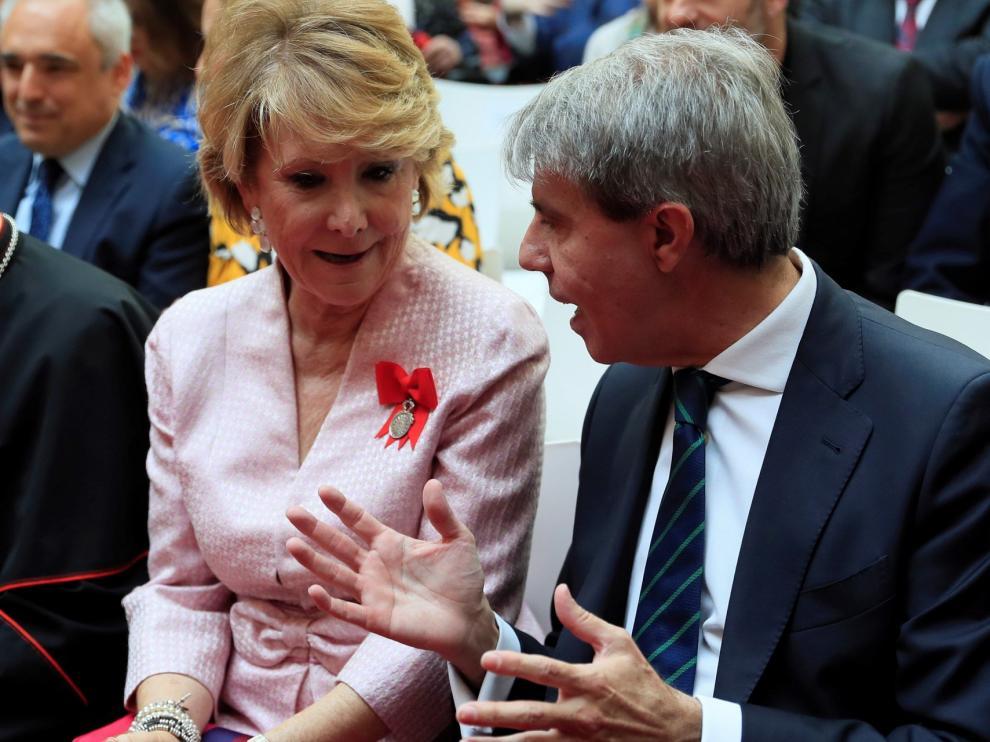 Aguirre y Garrido ironizan sobre el centro político codo con codo en Sol