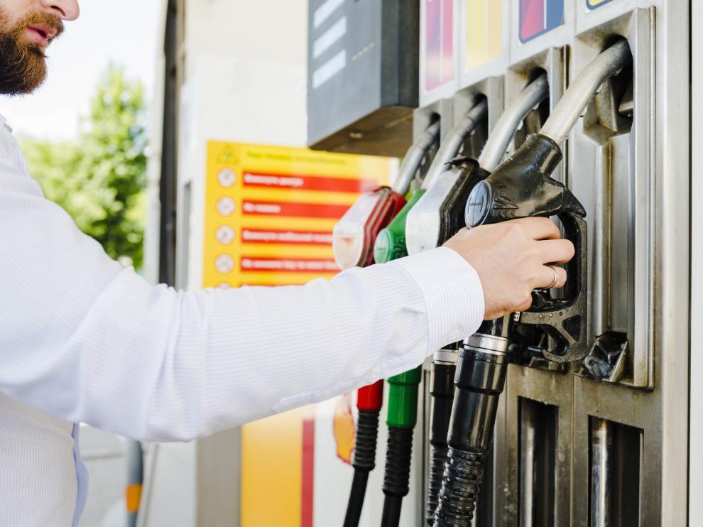 El precio de los carburantes suma diez semanas al alza y se encarece un 8% desde los mínimos de mayo