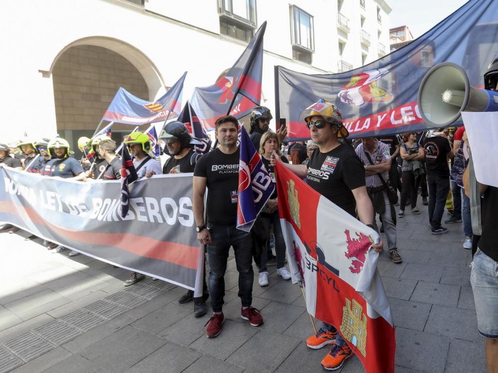 Manifestación de bomberos en Huesca