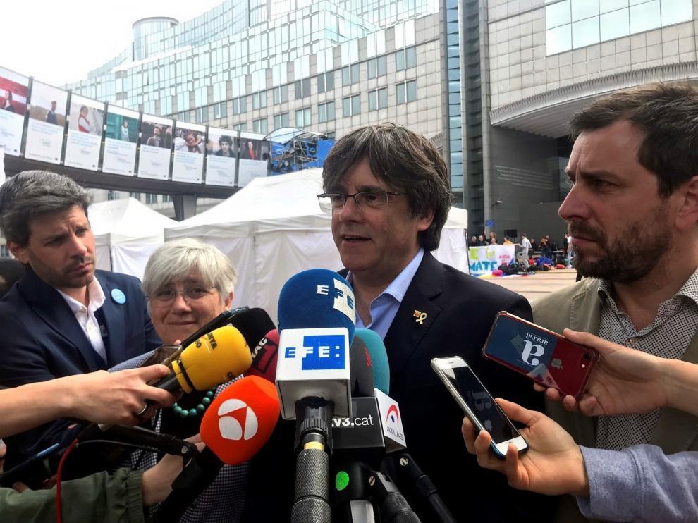 Llarena rechaza suspender la orden de detención contra Puigdemont y Comín