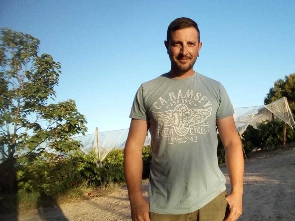 """Sergio Saló, agricultor de Fraga: """"Aposté por las abejas porque con los cerezos era imposible la inversión"""""""