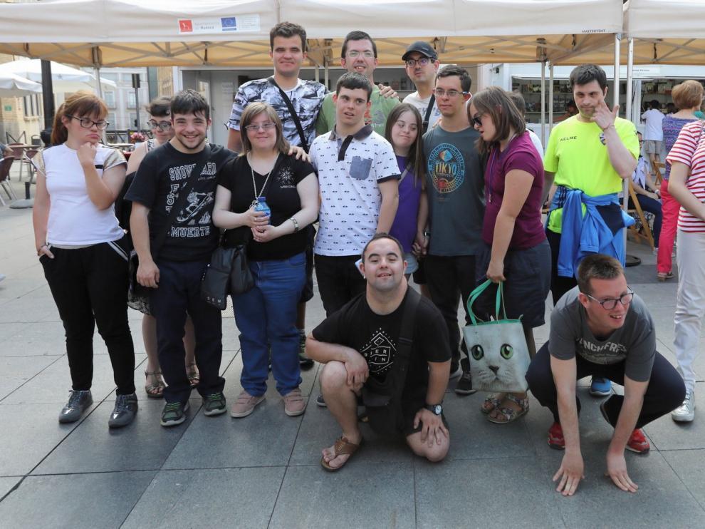 Los jóvenes de Down Huesca le ponen corazón y poesía a la Feria del Libro