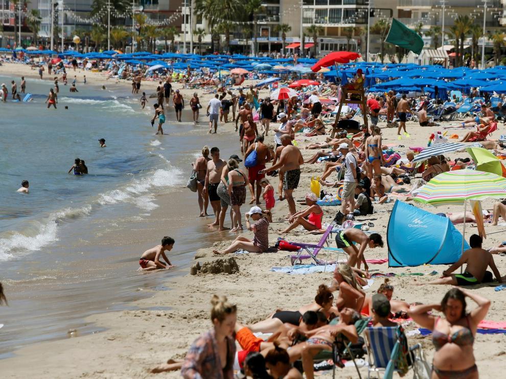 España recibe un 4,4 % más de turistas con gasto récord