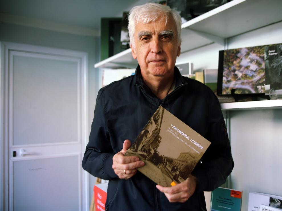 Julio Alvira, un experto escritor de libros de temática local que aprovecha el escaparate de la Feria