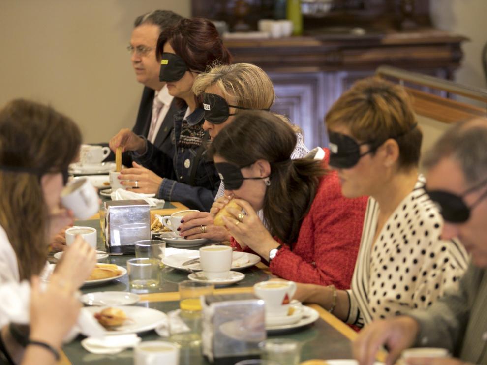 Desayuno a ciegas en Huesca: ponerse en la piel de las personas con discapacidad visual te abre los ojos