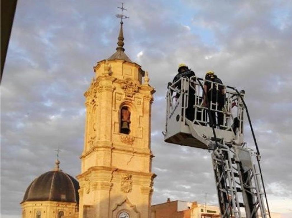 Las fuertes rachas de viento obligan a los bomberos a asegurar un tejadillo en la calle San Orencio de Huesca