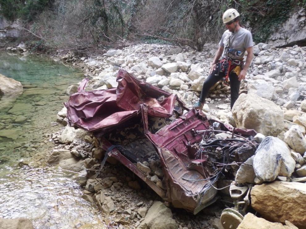 Espeleólogos retirarán los restos de un coche accidentado en la Foz de Fago