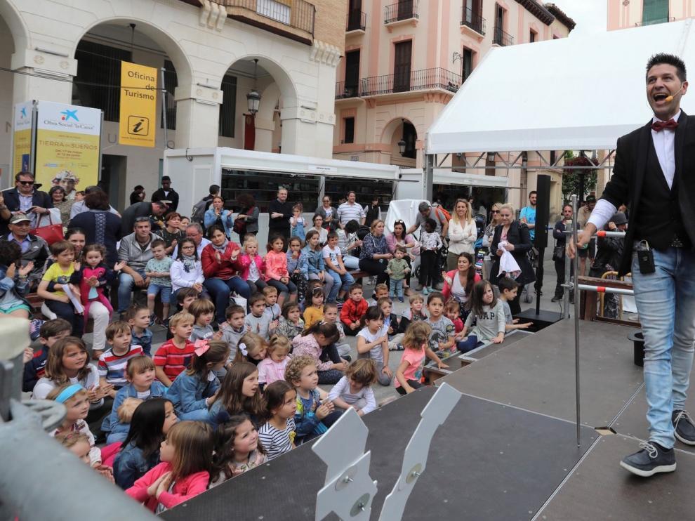 Civi-Civiac llena la Feria del Libro de Huesca de magia