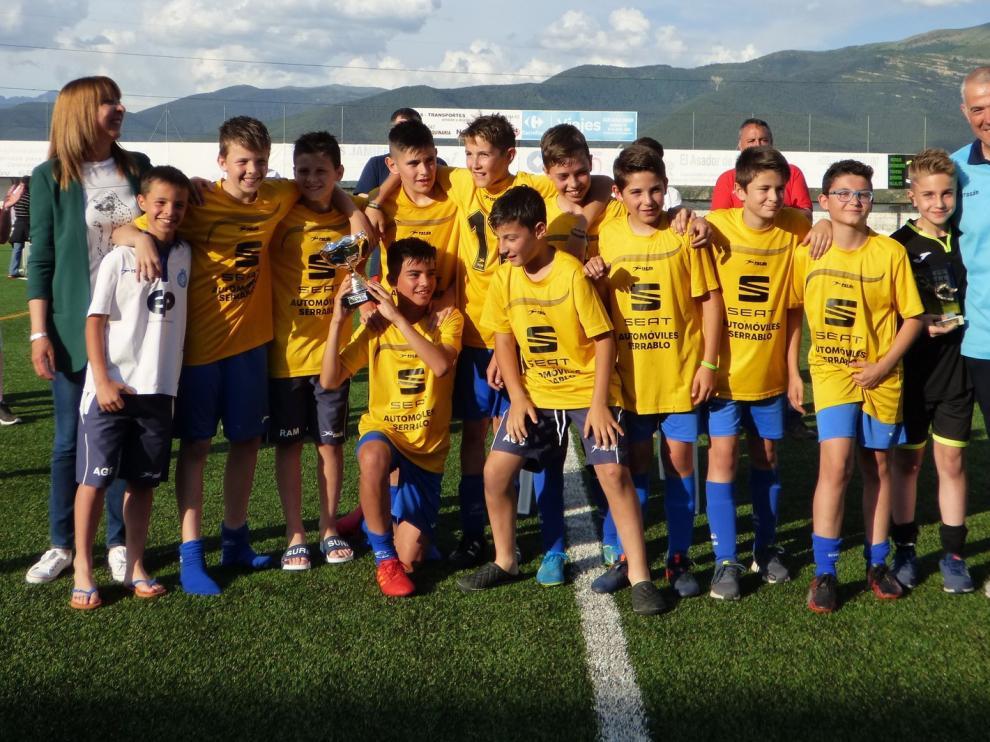 Los equipos locales se llevan el trofeo de fúbtol base en Sabiñánigo