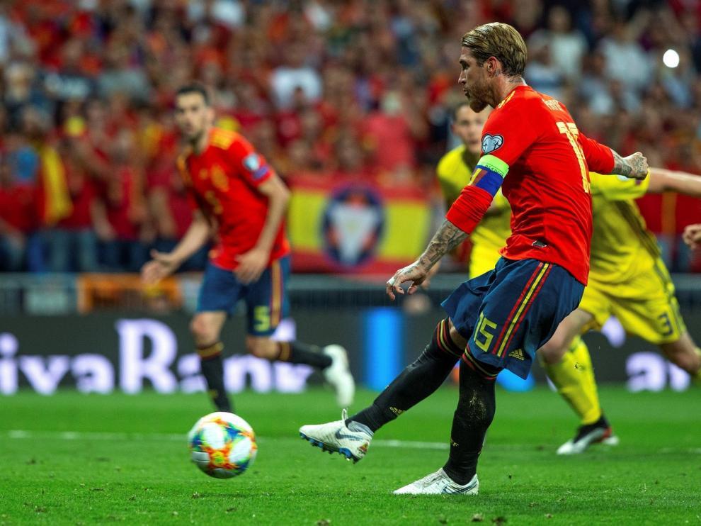 España mantiene el pleno de triunfos y golea a una débil Suecia