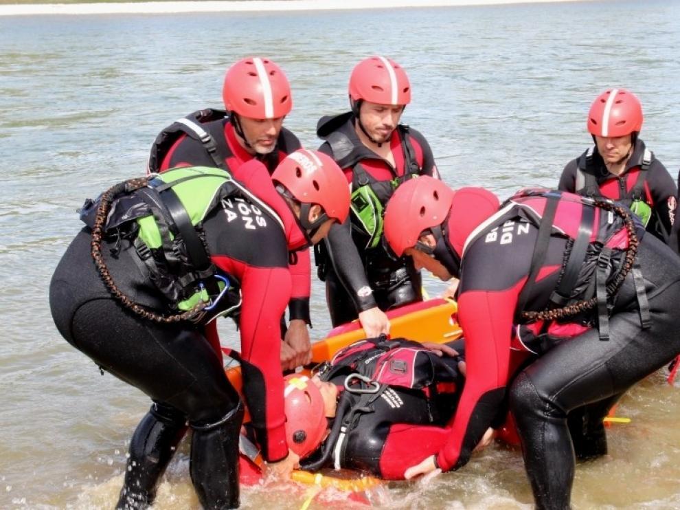 Los bomberos aragoneses se forman en rescate acuático con seguridad y eficacia