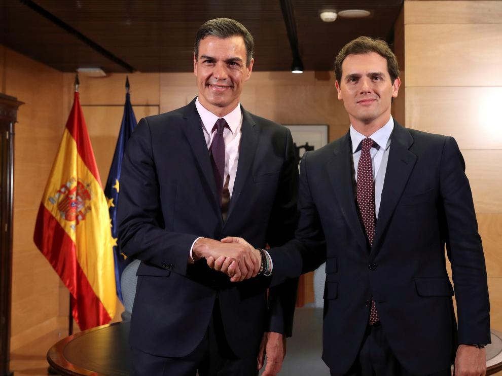 Sánchez pide a Rivera y Casado que se abstengan