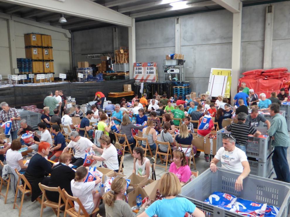 Los voluntarios preparan a todo ritmo las 11.500 bolsas para la Quebrantahuesos y Treparriscos