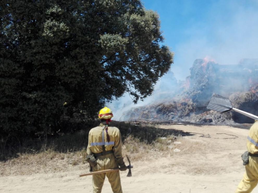 Un incendio arrasa varias pacas de veza y media hectárea de carrascas cerca de Liesa