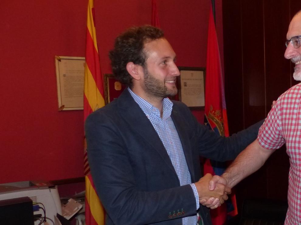 Álvaro Burrell traspasa el mando del Ayuntamiento de Monzón a Isaac Claver