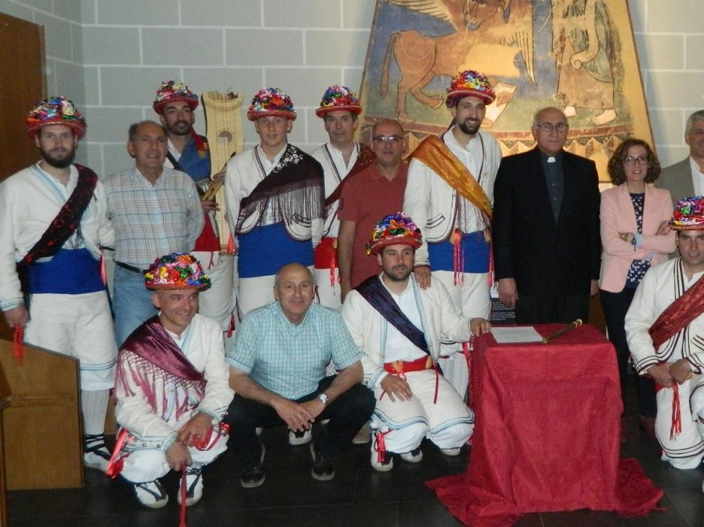 Os Bayladós de Santa Orosia entrega un chiflo al Obispado de Jaca