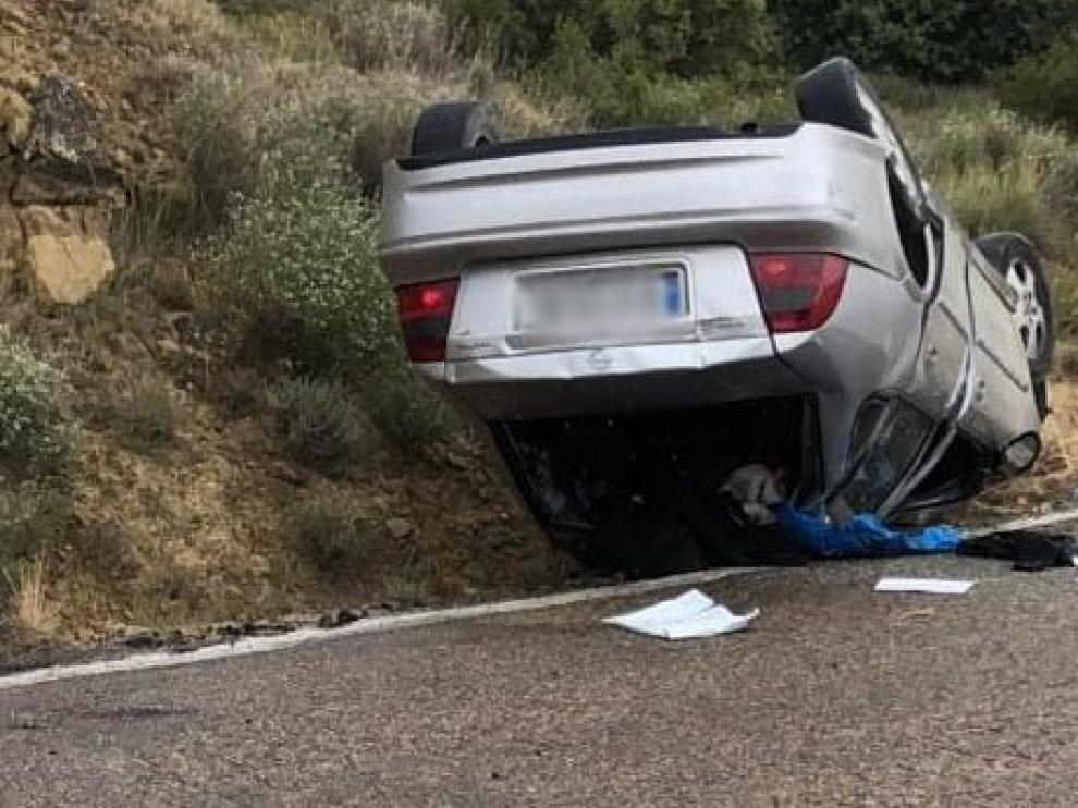 El vuelco de un vehículo evidencia el mal estado de la carretera de Apiés