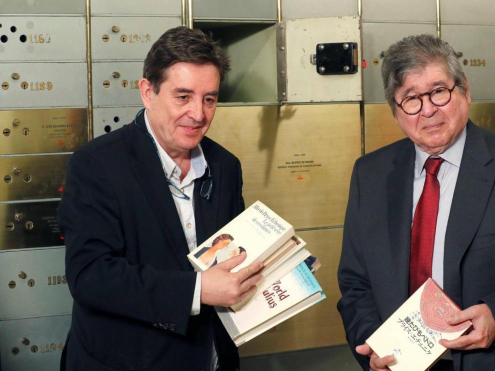 Bryce Echenique deposita varios libros dedicados en una caja para que se abra dentro de 100 años