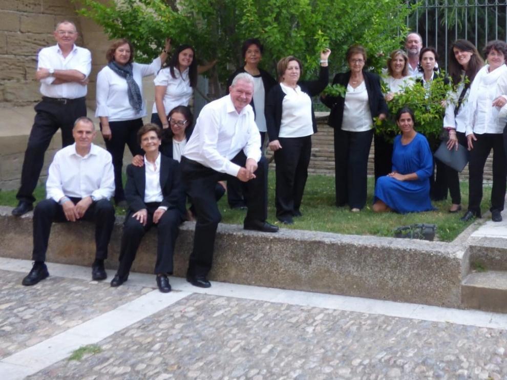 La Coral Diego de Pontac y Maite Aranzabal ensayan la misa-recital que ofrecerán en la iglesia Compañía