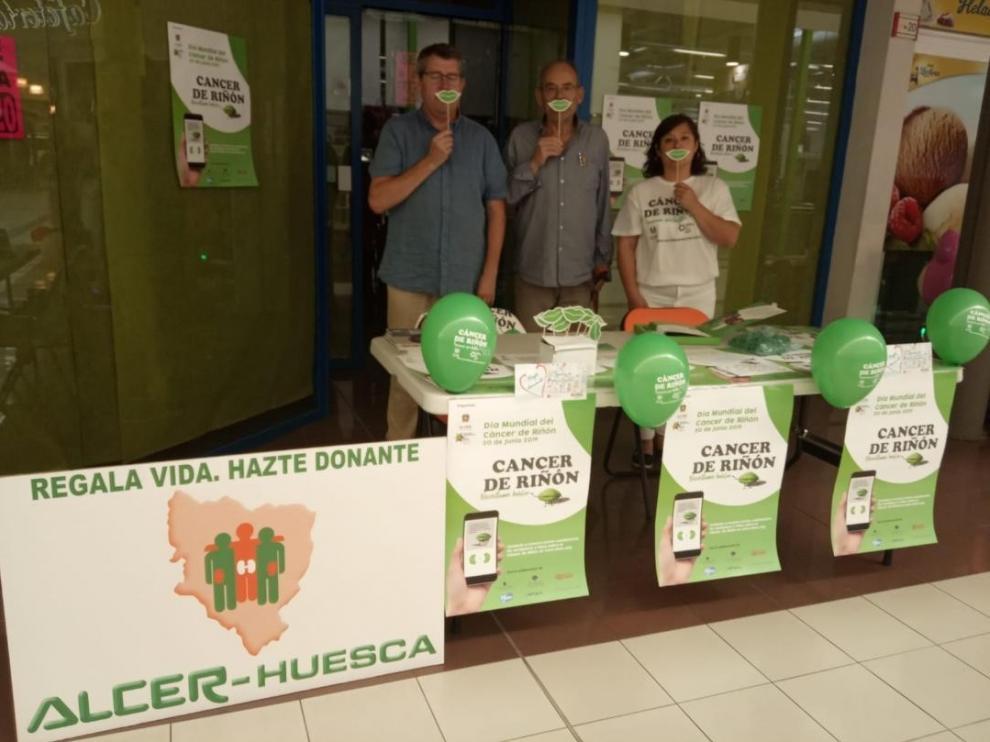Mesa informativa sobre el cáncer de riñón en Huesca