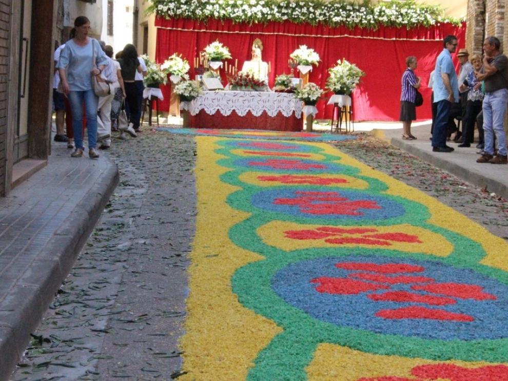 Las alfombras de virutas de Tamarite de Litera se convierten en el principal atractivo del Corpus Christi