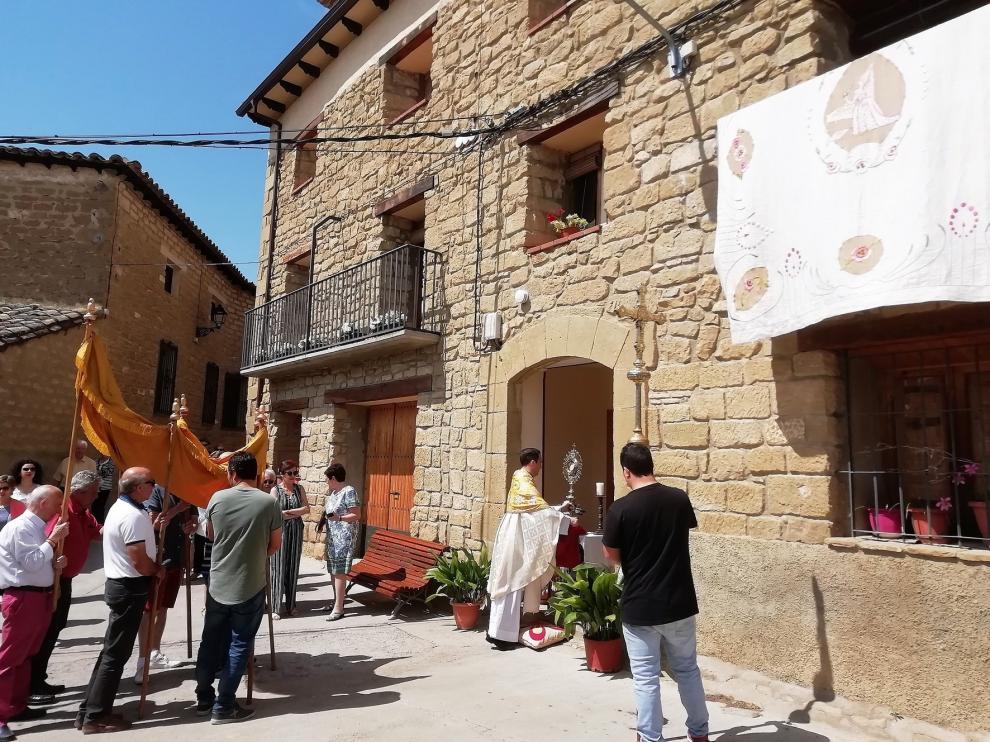 Los vecinos de Biscarrués celebran la festividad del Corpus Christi con gran intensidad