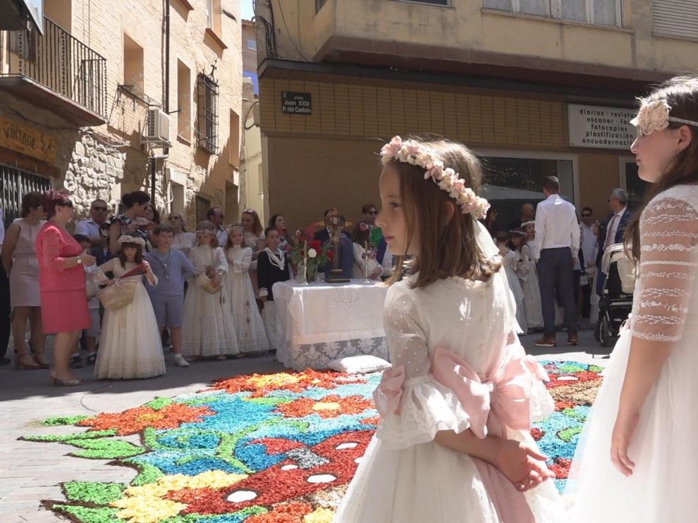 Las alfombras dan color al casco antiguo de Fraga en el Día del Corpus Christi