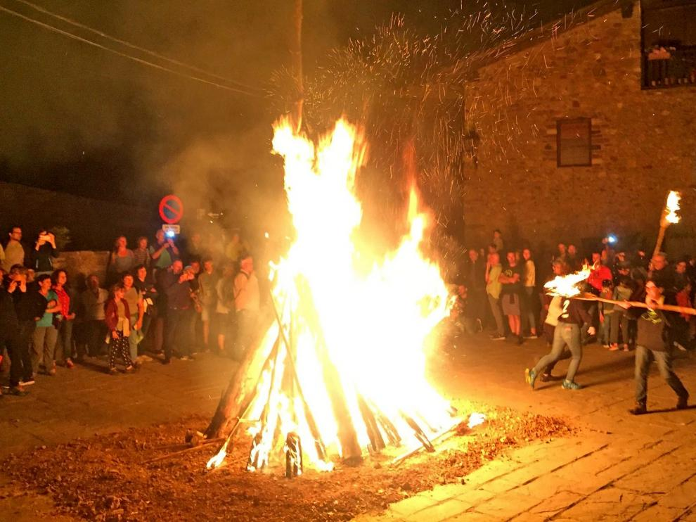 Unas 170 fallas iluminaron el cielo de Bonansa en la víspera de San Juan