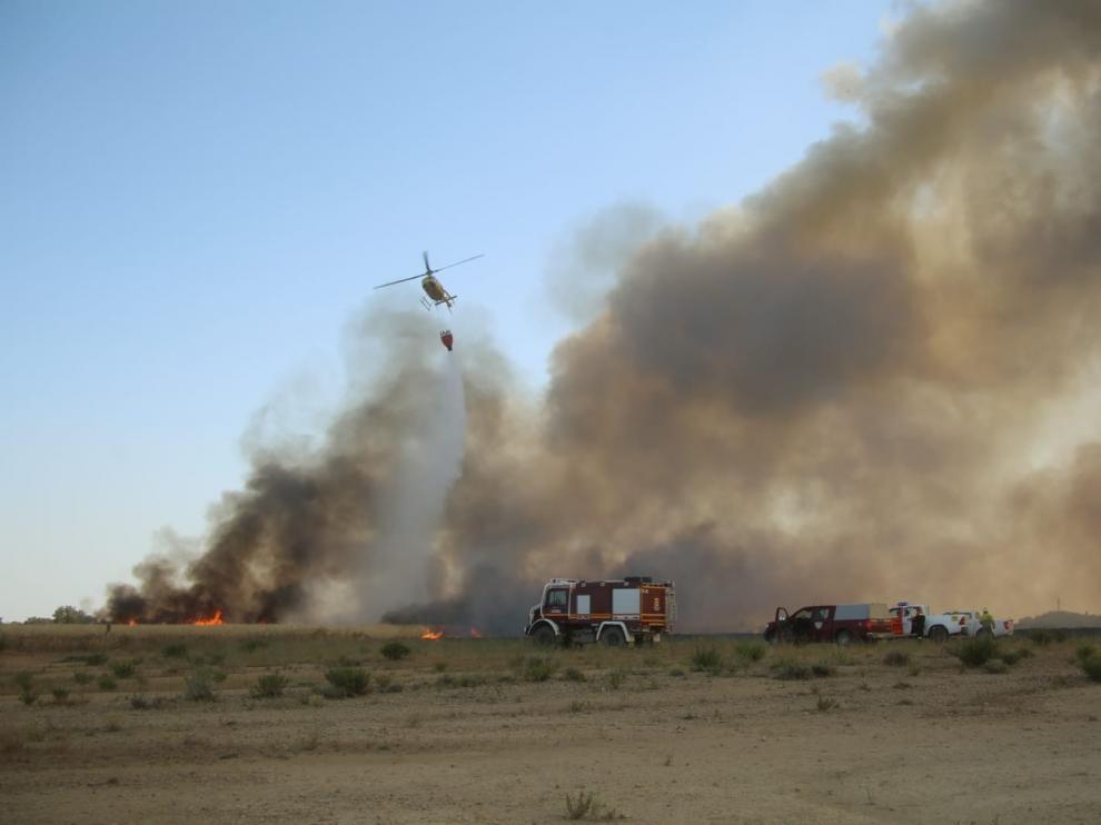 Controlado el incendio con origen en una cosechadora que ha obligado a desalojar Plhus