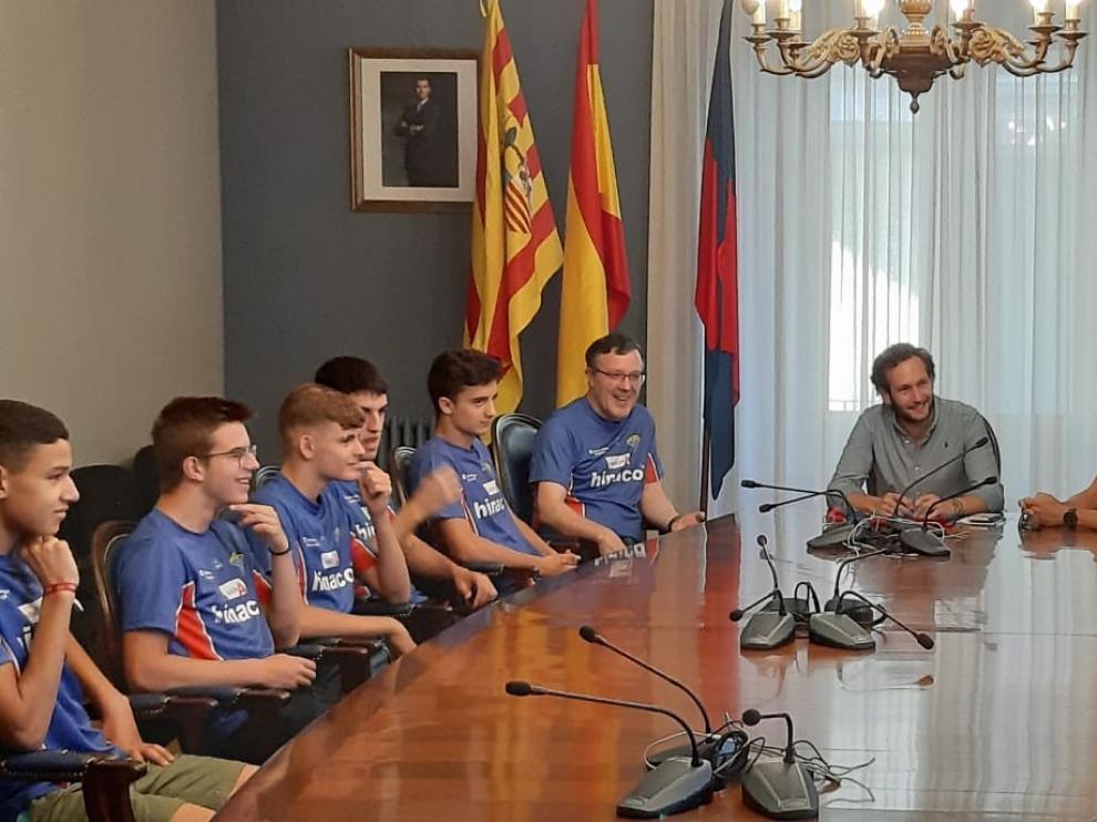 Isaac Claver y Eliseo Martín reciben a los atletas de Hinaco Monzón tras el Campeonato de España sub 18