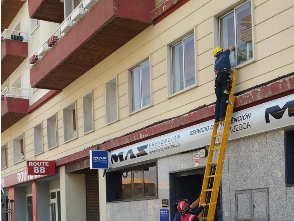 Los Bomberos de Huesca entran a una casa por la ventana para auxiliar a una mujer