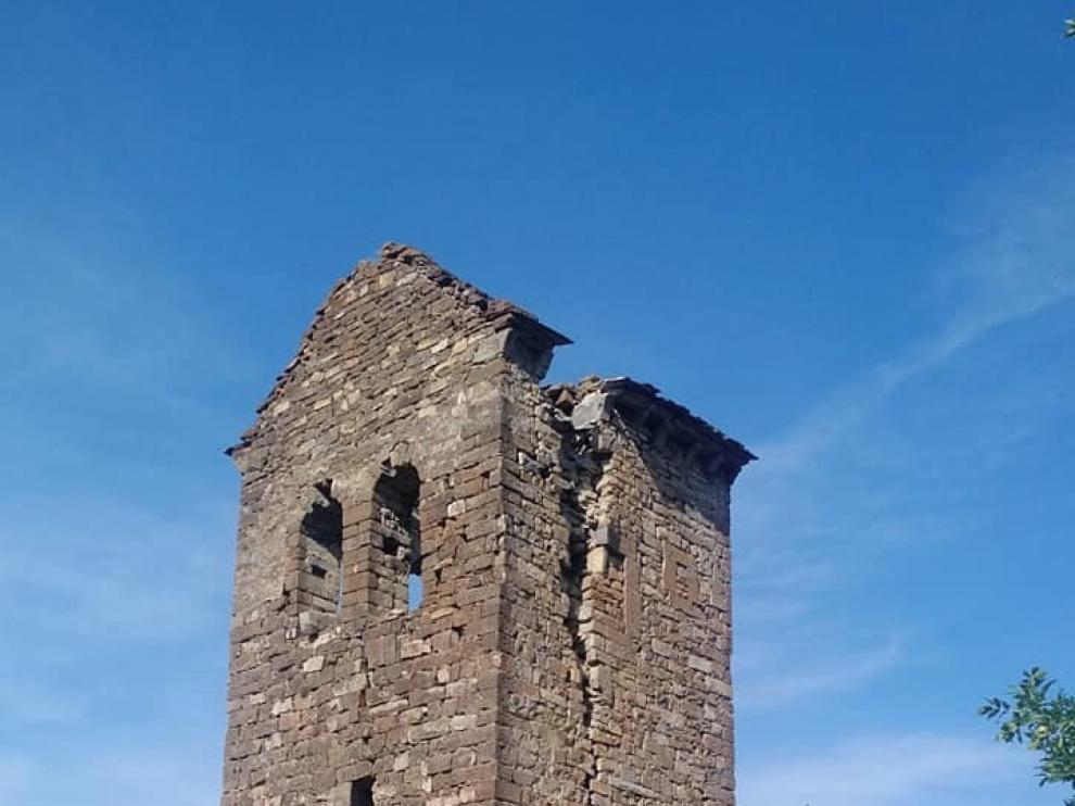 La torre de la iglesia de San Pedro de Cenarbe se encuentra en serio riesgo de derrumbe