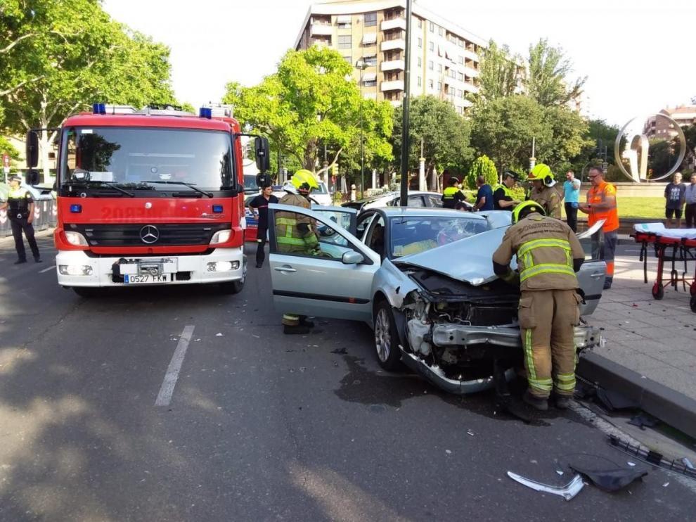 Dos heridos en un choque entre un taxi y un turismo en Zaragoza