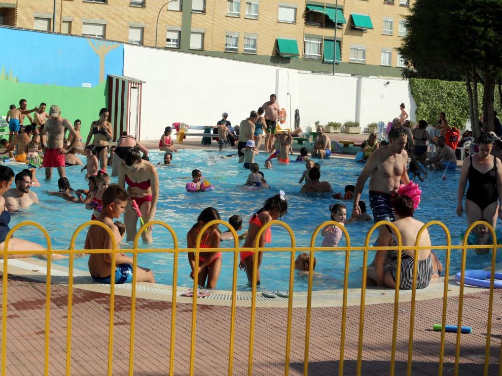 Quejas de los usuarios de las piscinas de San Jorge de Huesca por las aglomeraciones