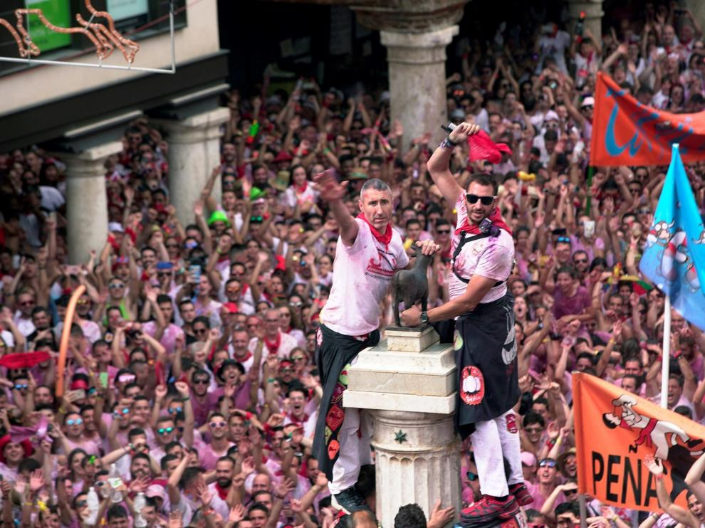 El Torico de Teruel ya luce el pañuelo de La Vaquilla de 2019