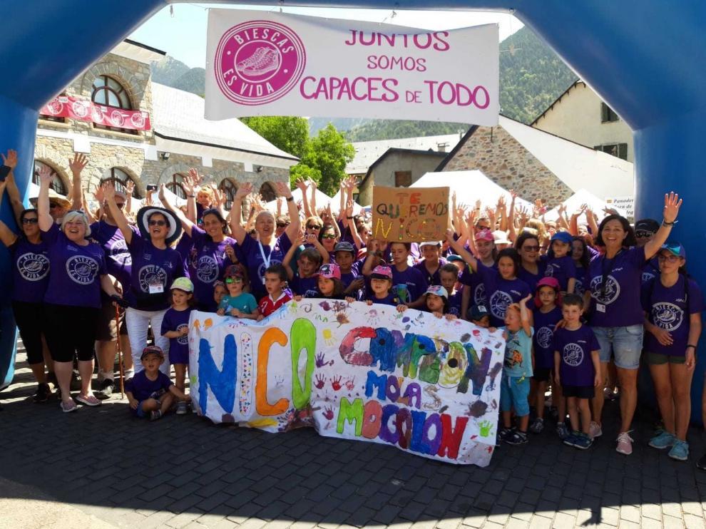 Unos 450 andarines marchan en Sallent contra el cáncer infantil