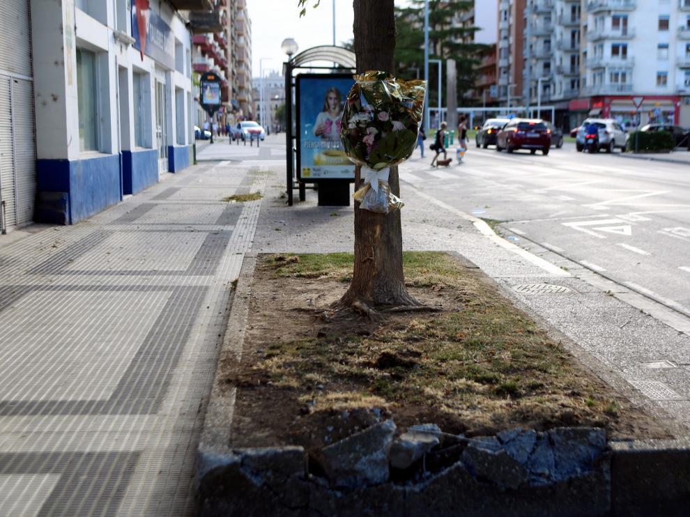 Un ramo de flores en recuerdo de la víctima del atropello de Huesca